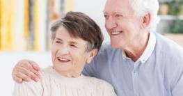 Glückliche alte Menschen in einer Senioreneinrichtung